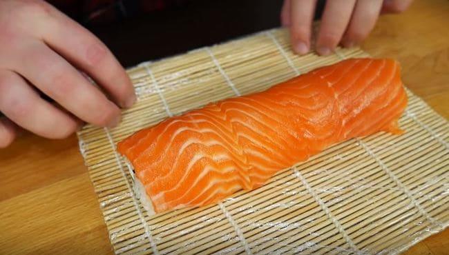выкладываем пластинки красной рыбы сверху на ролл-2