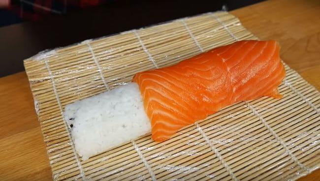 выкладываем пластинки красной рыбы сверху на ролл