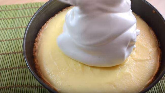 выкладываем взбитую белковую массу сразу на горячий творожный слой