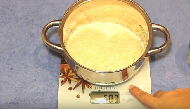 высыпаем 500 гр. риса в кастрюлю