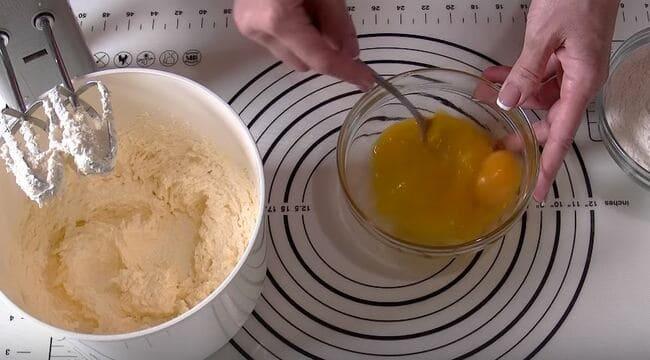 взболтайте яйца с солью