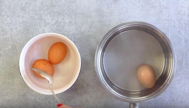 яйца перекладываем в холодную воду
