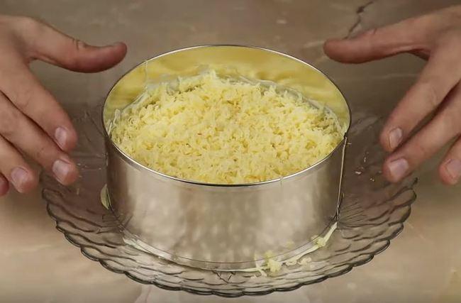 аккуратно поднимаем форму с салатика
