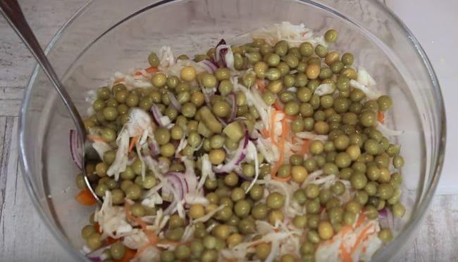 добавить зеленый консервированный горошек