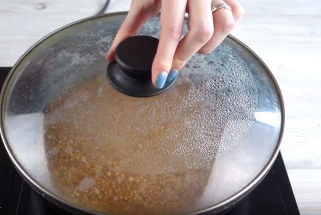готовим гречку под крышкой на медленном огне