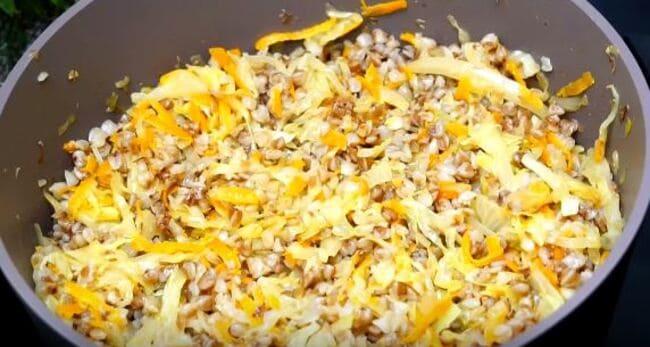гречку и готовые овощи хорошо перемешиваем