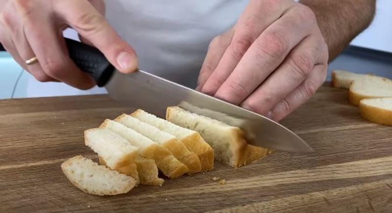из ломтиков белого хлеба сформируем сухарики