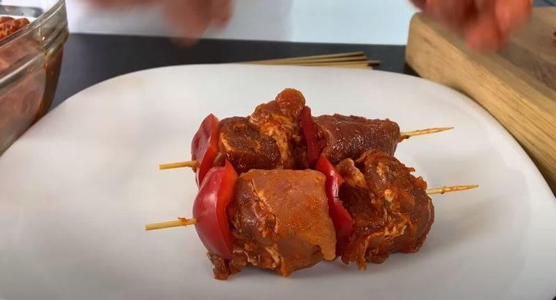 на деревянные шпажки нанизываем поочередно мясо
