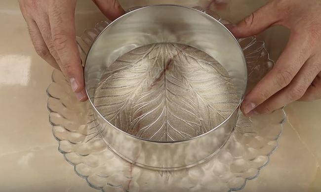 на тарелку и ставим круглую кулинарную форму