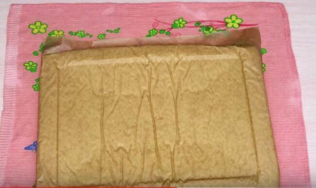 на влажное полотенце переворачиваем бисквит