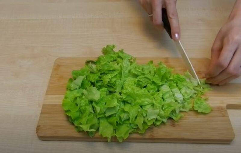 нарезаем листья салата или рвем руками