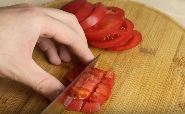 нарезаем помидорки на небольшие кубики