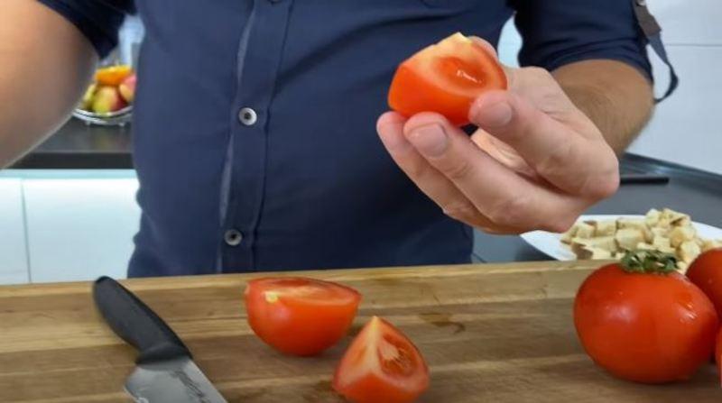 нарезаем помидоры на две или четыре части
