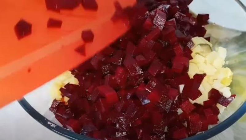 нарезанную свеклу отправляем в салатницу