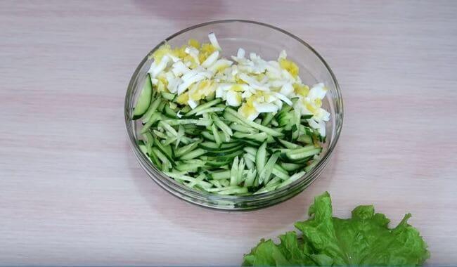 нарезанные огурцы и яйца отправляем в миску в салатницу