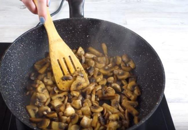 обжариваем грибы в сковороде