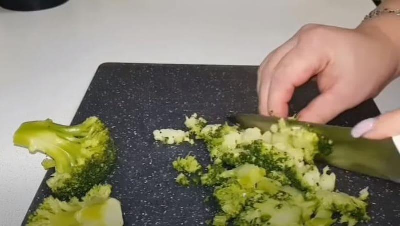 отваренные брокколи мелко нарезаем