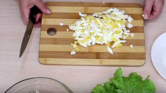 отваренные яйца нарезаем соломкой