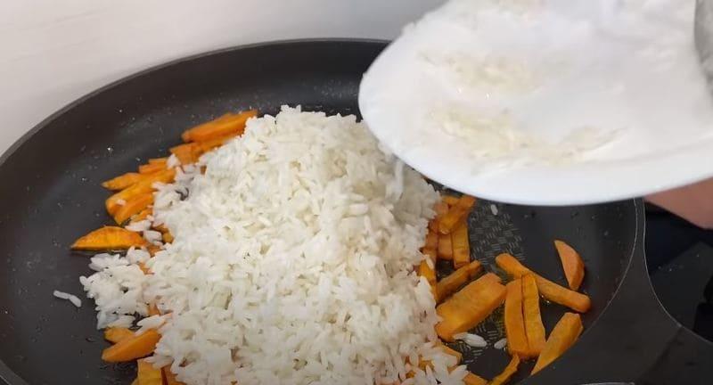 отваренный рис добавляем на сковороду к моркови