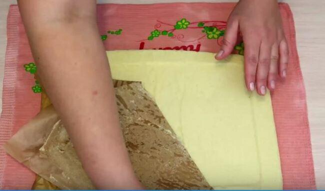 пергаментную бумагу аккуратно убираю с бисквита