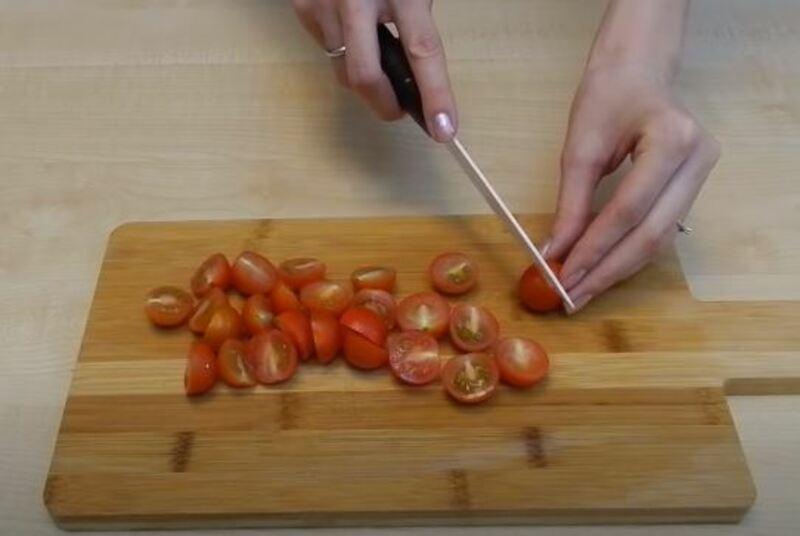 помидорки черри также нарезаем на половинки