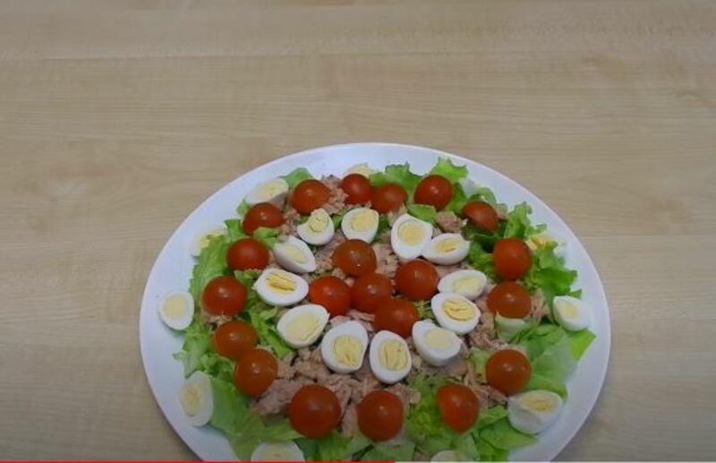 распределяем помидорки по всему салату