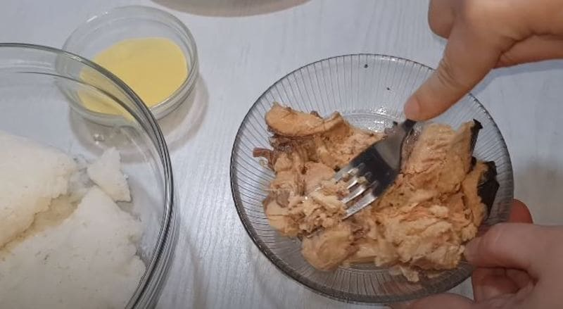 разминаем рыбное филе вилкой