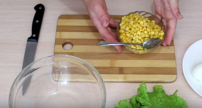 сливаем воду из под консервированной кукурузы