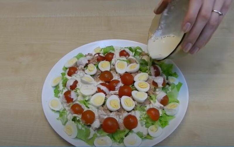 соусом поливаем салатик
