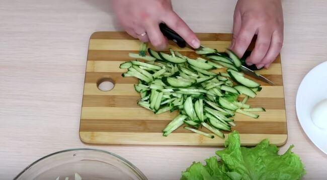 свежие зелёные огурчики также нарезаем соломкой
