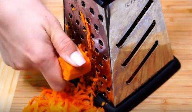 свежую морковку натрем на крупной терке