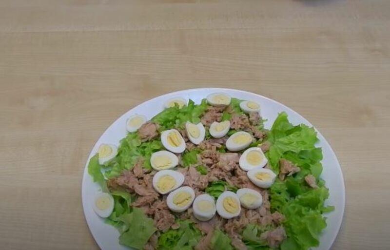 украшаем салат половинками яиц по всей тарелке