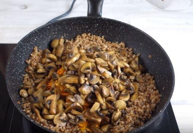 в готовую гречку добавляем обжаренные грибы