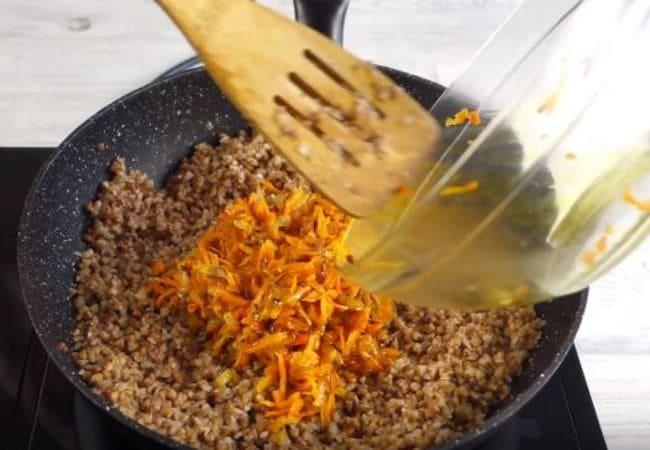 в готовую гречку добавляем обжаренные овощи