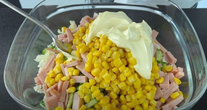 в салат добавляю консервированную кукурузу и майонез
