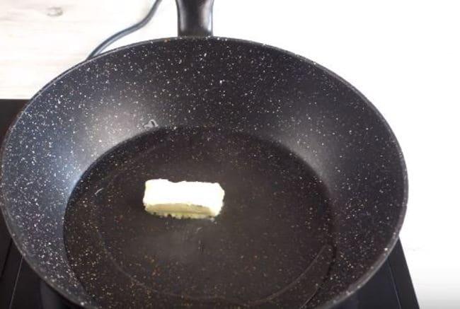 в сковородку добавляем кусочек сливочного масла