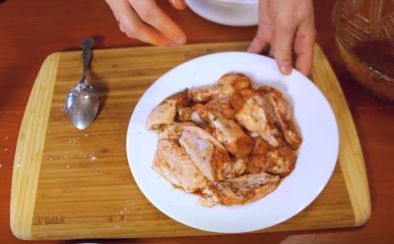 выкладываем крылышки из маринада на чистую тарелку