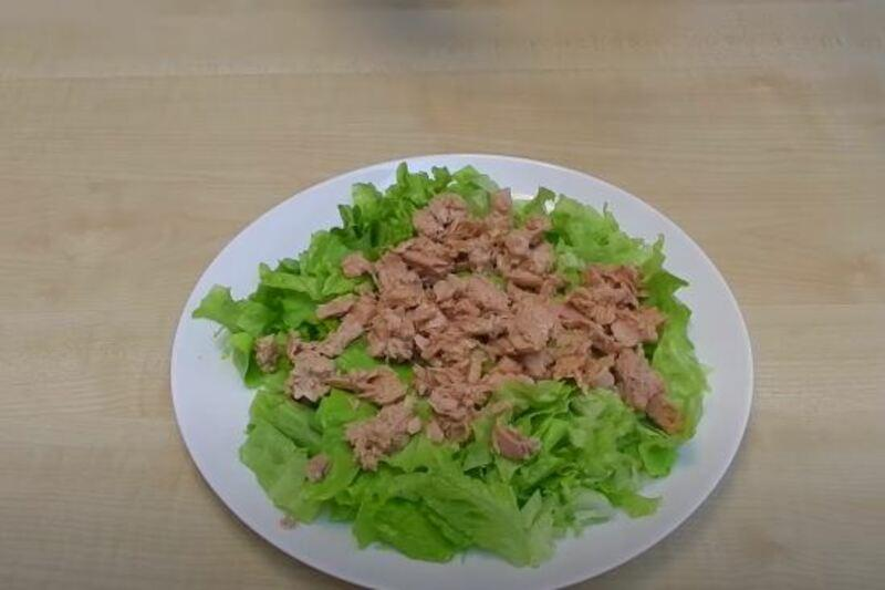 выкладываем кусочки рыбки сверху на листья салата