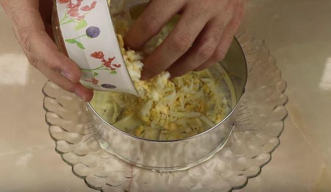 выкладываем на майонезный слой тертые яйца