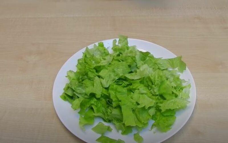 выкладываем салатные листья по всей тарелке