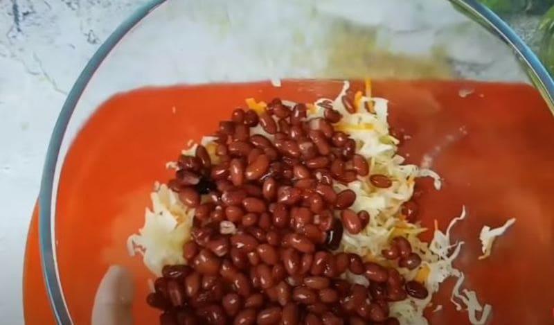 выкладываем в салатницу квашеную капусту и фасоль