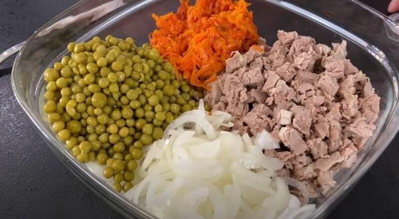 выкладываем все подготовленные ингредиенты в салатницу