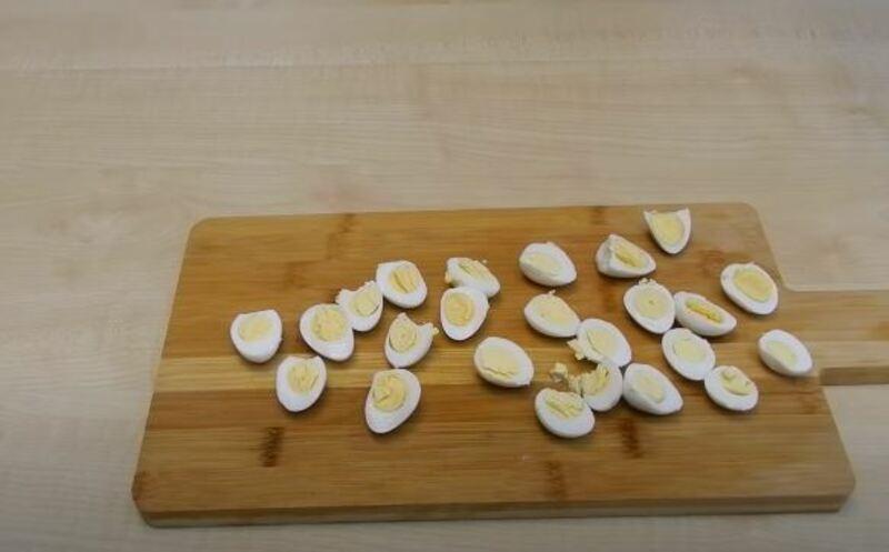 яйца нарезаем на 2 половинки