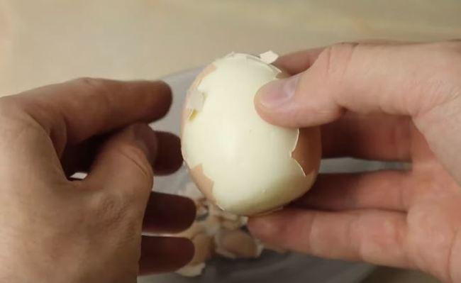 яйца очищаем от скорлупы
