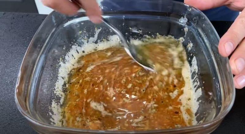 заправку для салата хорошо перемешиваем