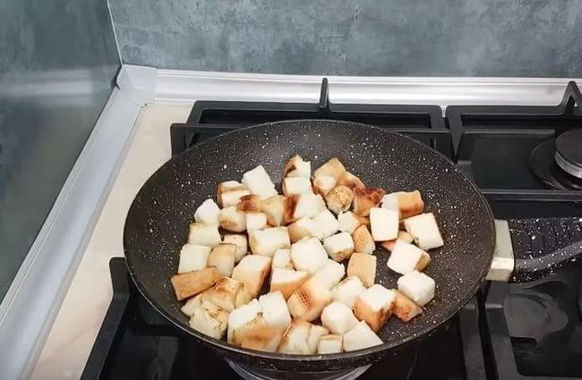 жарим нарезанные кусочки хлеба