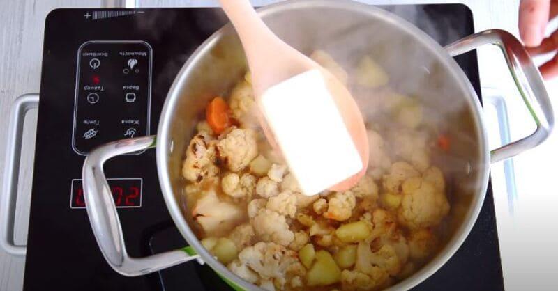 добавляем кусок плавленого сыра