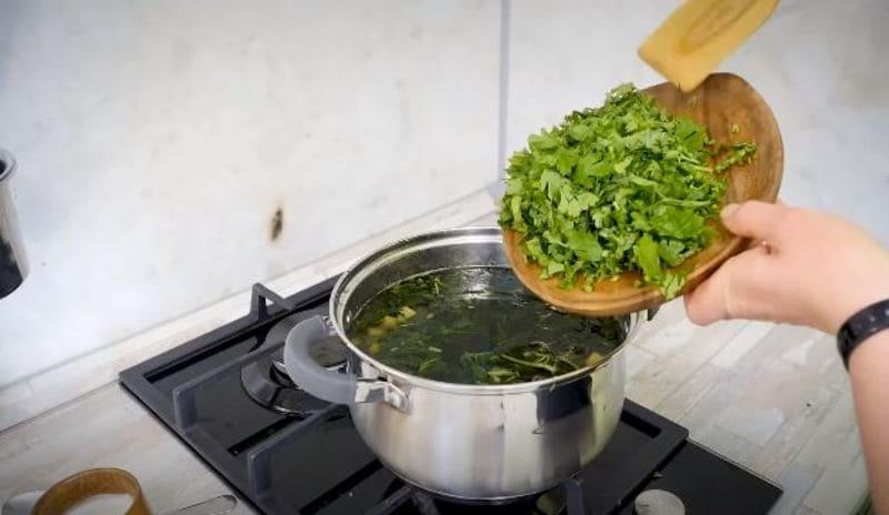 добавляем нарезанную петрушку также в кастрюльку
