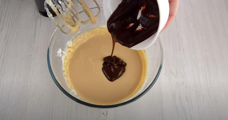 добавляем растопленный остывший темный шоколад