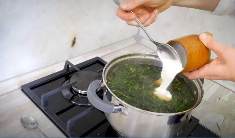 добавляем сметану в суп